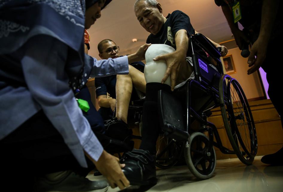 Donasi Alat Bantu Jalan Berupa Kaki Prostetik dan Sepatu Diabete