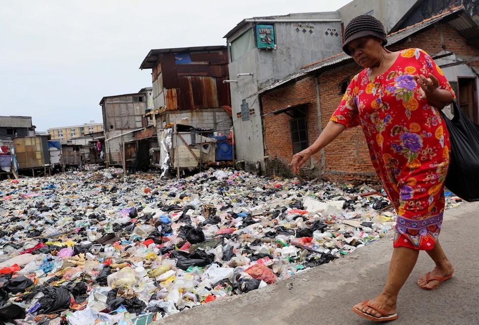 Sampah Plastik Rumah Tangga Menumpuk Di Kali Gendong