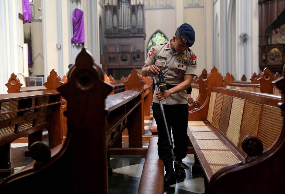 Pengamanan dan Sterilisasi Gereja Katedral Jakarta