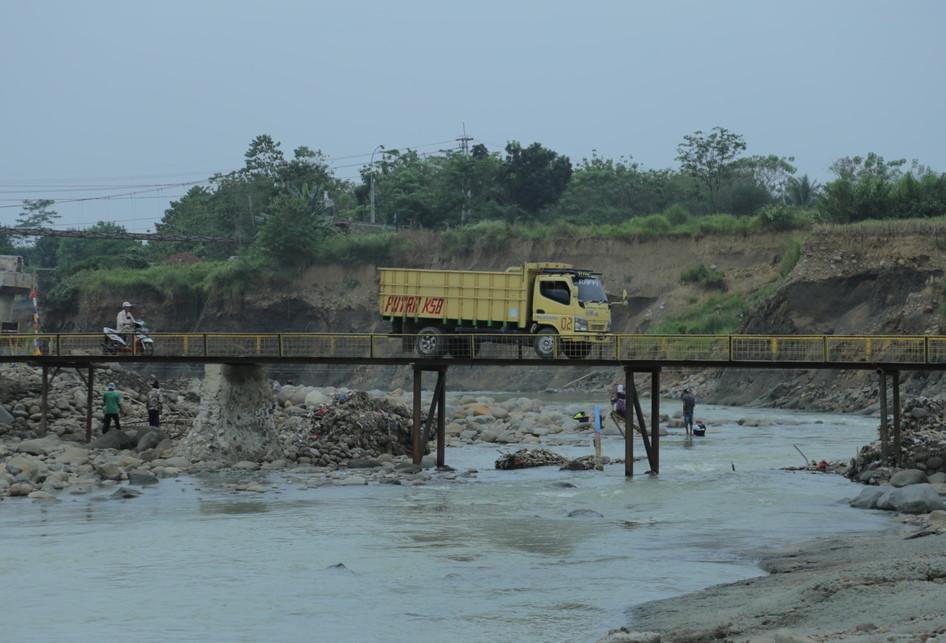 Jembatan Cipamingkis Masih dalam Perbaikan