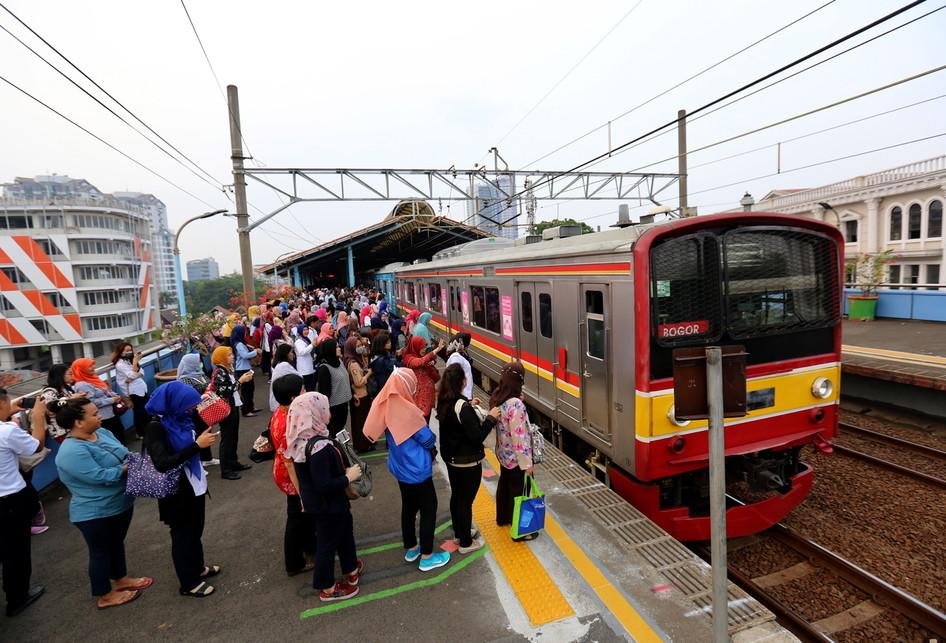 Garis Pembatas Antrean Stasiun Juanda Kereta Listrik KRL
